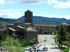 Aínsa, gateway to birding in the Pyrenees